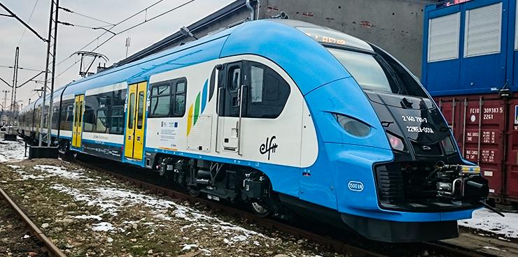 """Żywiec, Zwardoń, Wisła, a nawet Bohumin. To tylko część z połączeń Kolei Śląskich, które w czasie ferii (od 11 do 26 stycznia) będą bezpłatne dla dzieci i młodzieży. Po raz kolejny regionalny przewoźnik ogłasza akcję """"Kolej na ferie""""."""
