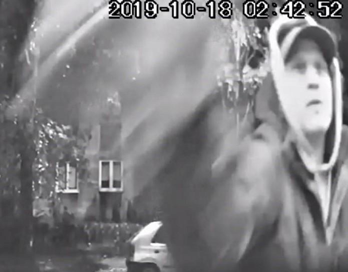 Poszukiwany jest mężczyzna, który zdewastował paczkomat na ul. Sądowej w Zabrzu. Wizerunek sprawcy, który malował sprayem zarejestrował monitoring. Osoby, które rozpoznają tego mężczyznę proszone są o kontakt z zabrzańską komendą policji pod nr tel. 32 370 35 10, 32 370 35 11, 32 370 35 25.