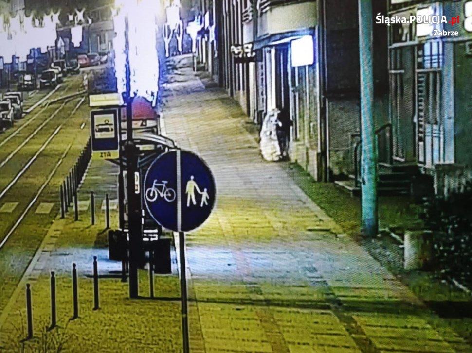 W minioną środę policjanci z Zabrza zatrzymali 21 latka, który włamał się do salonu sukien ślubnych w centrum miasta. Dotrzeć do złodzieja udało się dzięki zapisowi z monitoringu. W mieszkaniu zatrzymanego znaleziono wszystkie skradzione suknie.
