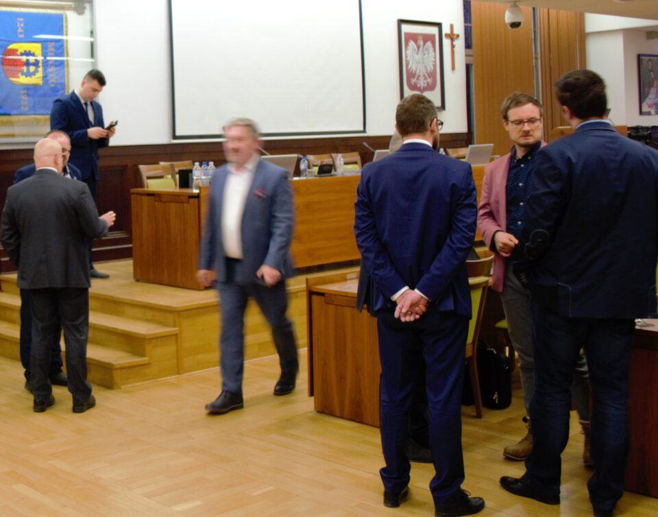 Podczas wczorajszej sesji Rady Miasta w Zabrzu uczczono minutą ciszy 75 rocznicę wyzwolenia Auschwitz i Tragedii Górnośląskiej. O upamiętnienie tych wydarzeń, wśród zgromadzonych radnych, parlamentarzystów, urzędników oraz mieszkańców wnioskował Kamil Żbikowski - radny Lepszego Zabrza.