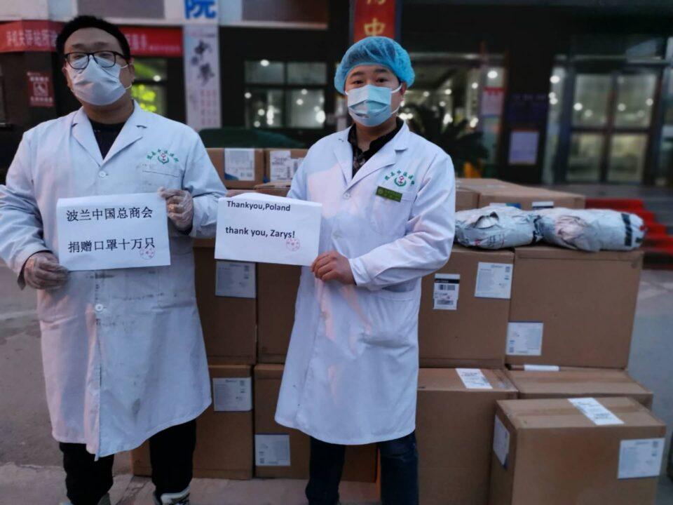 Zrobili to z dobrego serca i tak naprawdę nie dbają o reklamę, bo z Chinami i tak współpracują już od lat. Firma Zarys International Group z Zabrza do Wuhan w Chinach wysłała 100 tysięcy maseczek, których tam już od dawna brakuje.