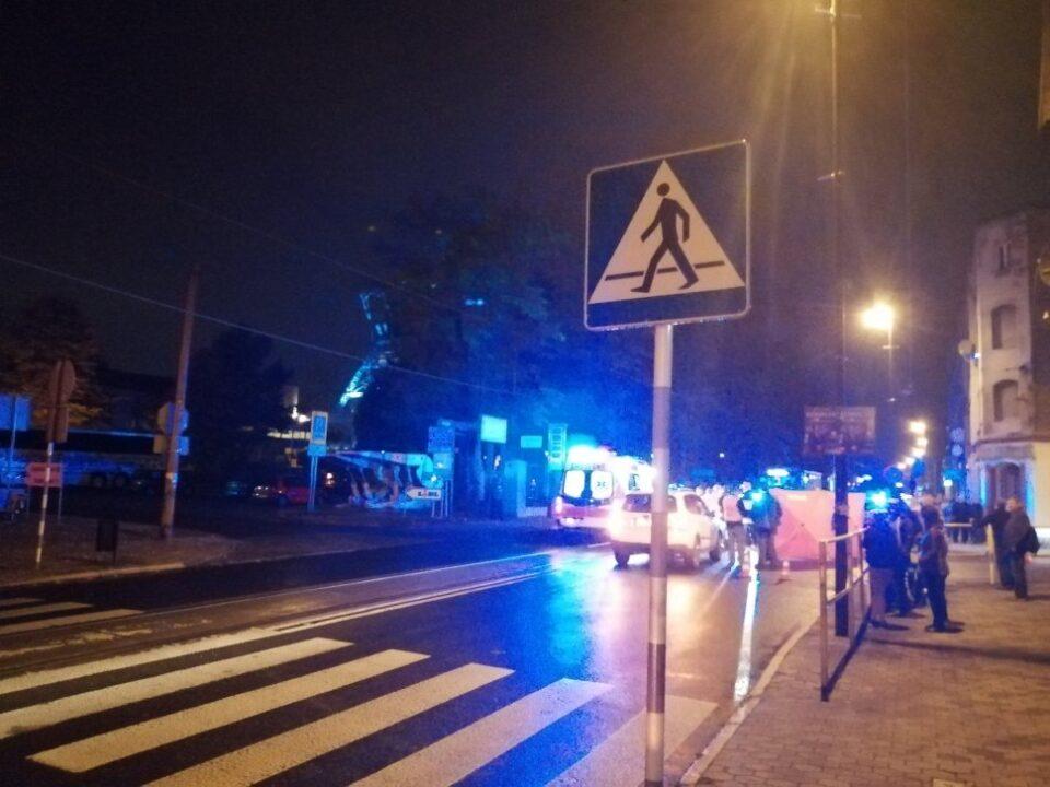 Wczoraj po godz. 5.00 nad ranem, na ul. Chojnickiego znaleziono w krzakach leżącą 78 letnią kobietę. Jak się okazało była to mieszkanka tej ulicy, która wypadła z okna swojego mieszkania na 3 piętrze. Zginęła na miejscu.