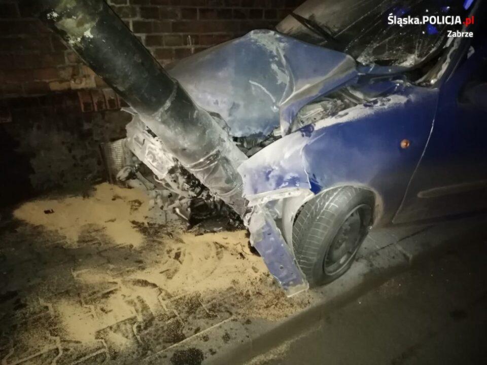 19 latek, który prowadził fiata miał 2,5 promila alkoholu w organizmie. Jego nocny rajd ulicą Staromiejską w Zabrzu zakończył się zderzeniem z latarnią. Do zdarzenia doszło w środę po godzinie 22.00.