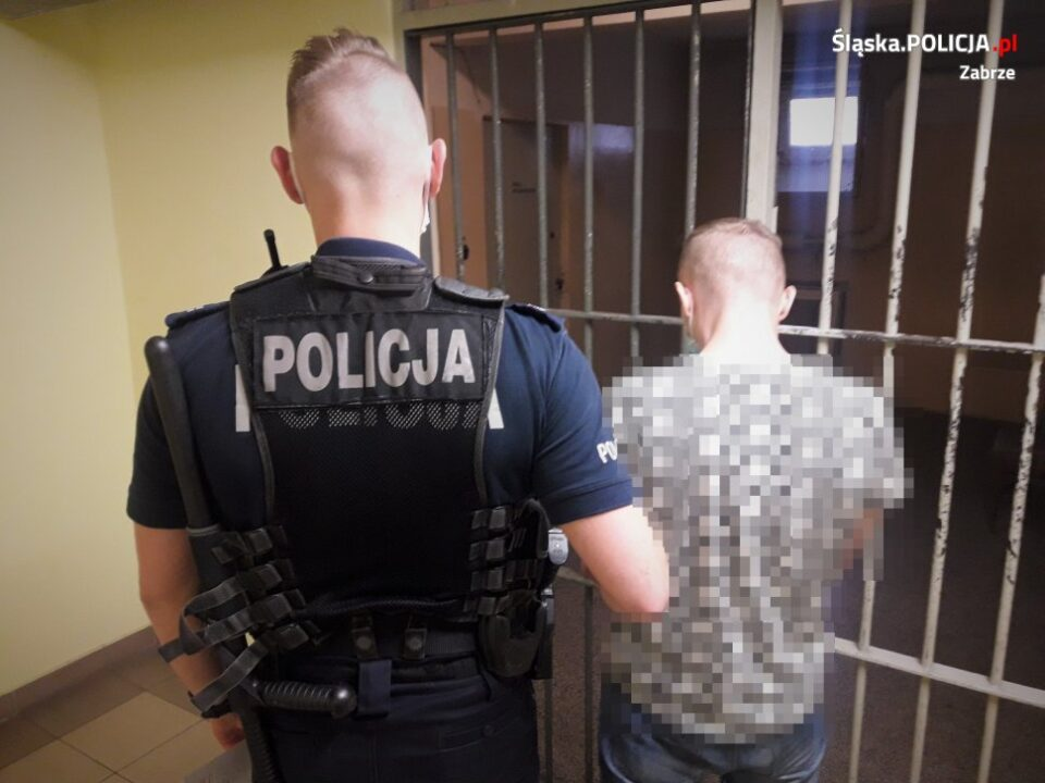Poszukiwany był od ponad miesiąca. Wszedł do supermarketu przy ul. Karola Miarki w Zabrzu, próbował ukraść alkohol, a ochroniarzowi, który chciał go powstrzymać zagroził nożem. 32 letniego złodzieja pochodzącego z Gliwic udało się zatrzymać dzięki mieszkańcom Zabrza, którzy rozpoznali jego wizerunek opublikowany przez policjantów.