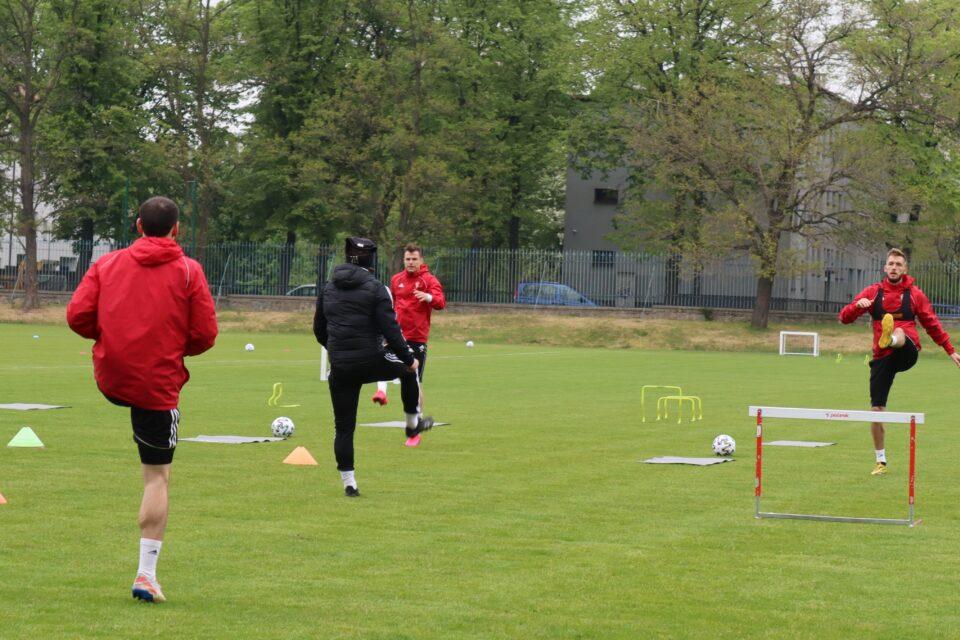 Wczoraj PZPN poinformował, że 6 klubów Ekstraklasy może rozpocząć treningi grupowe poczynając od 6 maja. W efekcie oprócz zabrzańskiego Górnika grupowe treningi wznawiają Śląsk Wrocław, Piast Gliwice, Pogoń Szczecin, Raków Częstochowa i Zagłębie Lubin.