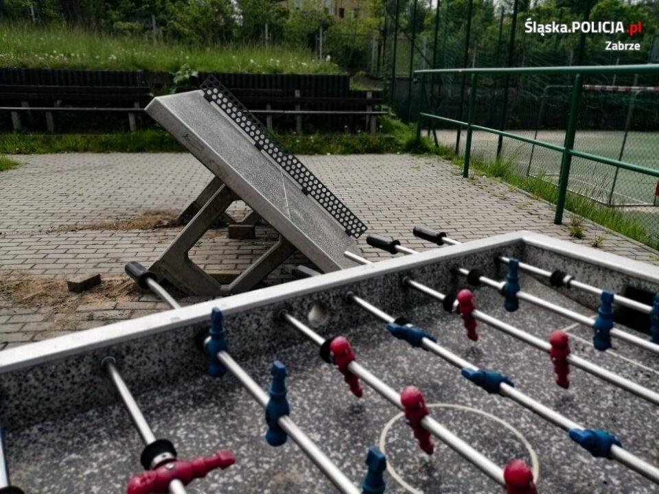 Zniszczył stół do piłkarzyków znajdujący się na terenie placu zabaw szkoły przy ul. Wajdy w Zabrzu. 18 latka udało się policjantom zatrzymać dzięki zapisowi z monitoringu.