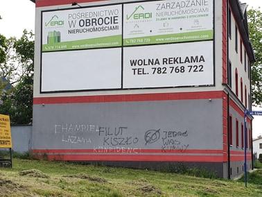 Elewacja odnowionej kamienicy na ul. Stanisława Ogórka 1 w Zabrzu-Mikulczycach została zdewastowana. Generalny remont budynku z lat 20 ubiegłego wieku przeprowadziła kilka lat temu wspólnota mieszkaniowa. Sprawcy zniszczeń chyba nie wiedzieli o tym, że kamienica jest przez całą dobę, ze wszystkich stron monitorowana.