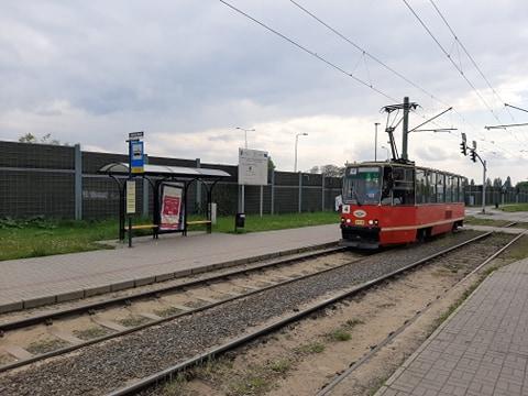 Już od poniedziałku (18 maja) więcej osób będzie mogło podróżować autobusami i tramwajami. Według nowego limitu wprowadzonego przez rząd w pojazdach komunikacji miejskiej jednocześnie będą mogli przebywać pasażerowie w liczbie stanowiącej 30 proc. sumy wszystkich miejsc siedzących i stojących.