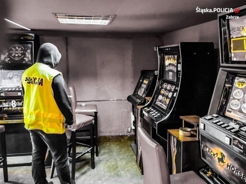 4 nielegalne automaty do gier hazardowych zlikwidowali zabrzańscy policjanci wraz z funkcjonariuszami KAS. Maszyny ujawniono w jednym z lokali użytkowych w dzielnicy Zaborze.