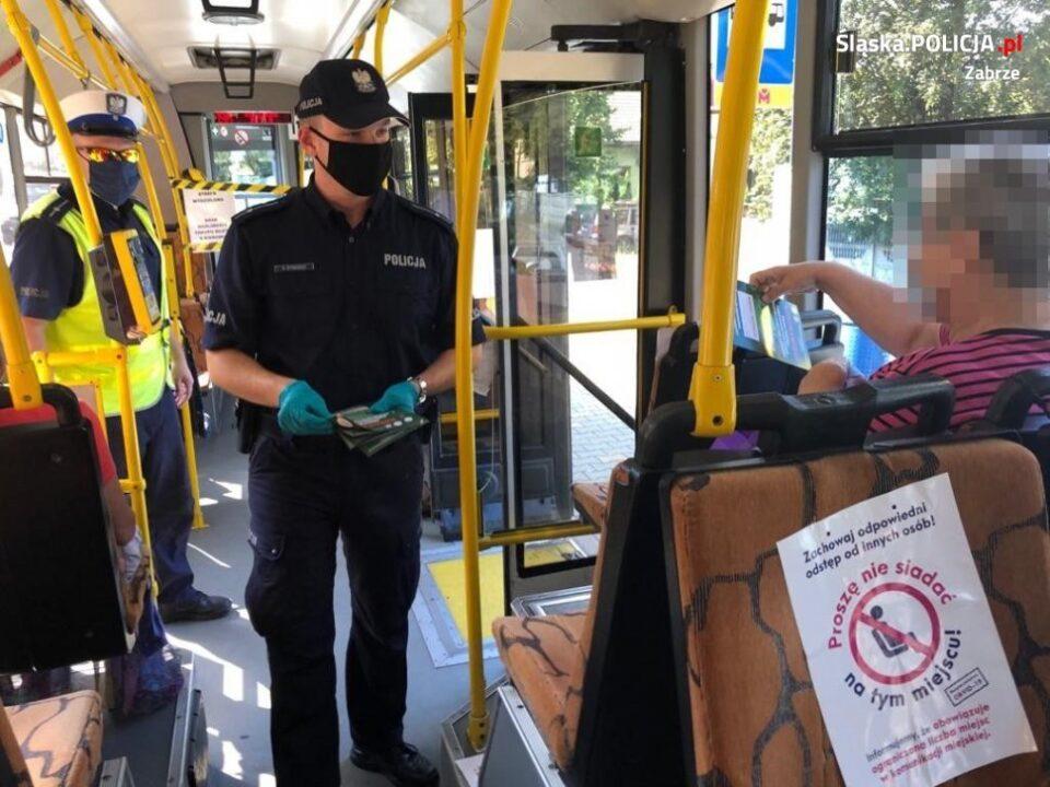 Wczoraj, od samego rana policjanci z Zabrza sprawdzali czy pasażerowie komunikacji miejskiej noszą maseczki. Oprócz kontroli w autobusach i tramwajach mundurowi rozdawali ulotki informacyjno-edukacyjne.